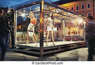 kobieta, dwa, patrząc, okno, dobry, wystawa, ładny