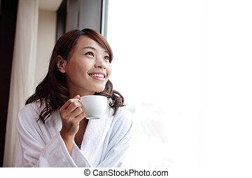 kobieta dzierżawa, kawa, uśmiechnięty., filiżanka, pociągający