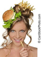 kobieta dzierżawa, kromka, od, kartofel, na, usta