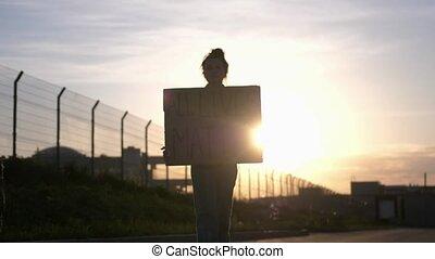 kobieta dzierżawa, materia, młody, protestując, afisz, idzie, -, wszystko, dusze