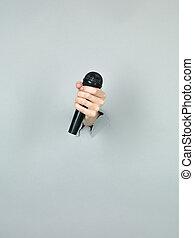 kobieta dzierżawa, mikrofon, radiowy, ręka