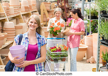 kobieta dzierżawa, purpurowy, garnek, w, ogrodowy środek