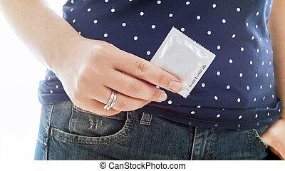 kobieta dzierżawa, wizerunek, dżinsy, odizolowany, młody, closeup, kondom