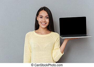 kobieta, ekran, młody, dzierżawa, czysty, śliczny, laptop, szczęśliwy