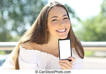 kobieta, ekran, telefon, zewnątrz, czysty, pokaz, szczęśliwy