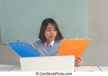 kobieta, finansowy, handlowe biuro, informuje, asian, czytanie, pokój