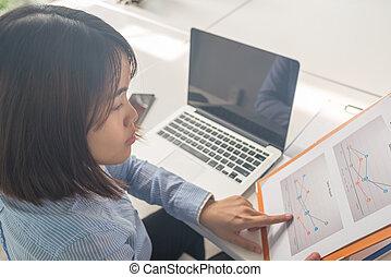 kobieta, finansowy, handlowe biuro, informuje, asian, czytanie