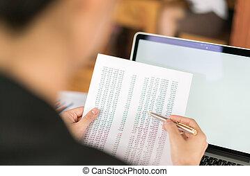 kobieta, finansowy, handlowy, laptop, wykresy, ręka, stół