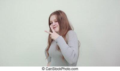 kobieta, fingers., piękny, widać, miedzianowłosy, szary, sweter, dwa, młody