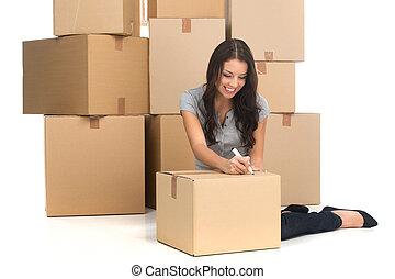 kobieta, flat., przenosić, średni, młody, znowu, izba, kabiny, dorosły, podczas, nowy, ruchomy, uśmiechanie się, pisanie, szczęśliwy