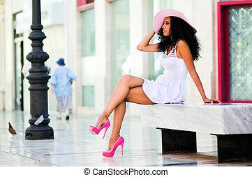 kobieta, fryzura, czarnoskóry, chodząc, młody, kapelusz słońca, afro, strój