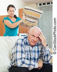 kobieta, gniewny, przewrócić, przeciw, starszy człowiek
