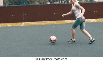 kobieta, grając soccer, football., samica, footballe, gracz