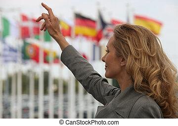 kobieta, hailing, niejaki, taksówka, przed, międzynarodowe bandery
