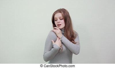 kobieta, haired, czerwony, spojrzenia, piękny, na, szary, jej, łopatka, młody, sweter, włosy