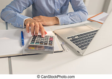 kobieta handlowa, biuro, kalkulator, asian, używając, pokój
