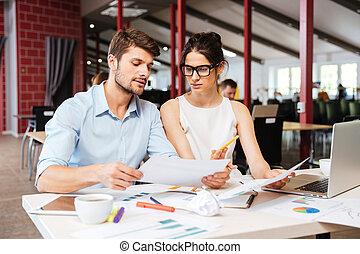 kobieta handlowa, biuro, młody, razem, pracujący, poważny, człowiek