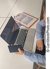 kobieta handlowa, biuro, smartphone, asian, używając