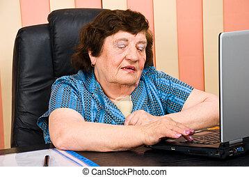 kobieta handlowa, biuro, używając, starszy, laptop