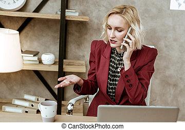 kobieta handlowa, chwile, rozwiązywanie, telefon, przystojny, rozmowa telefoniczna, czynny, poprzez