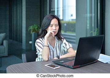 kobieta handlowa, dostając, laptop, mieszkanie, asian, akcentowany, używając, zaburzenie, przypadkowy