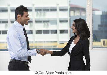 kobieta handlowa, indianin, potrząsanie, hands., człowiek