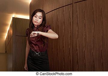 kobieta handlowa, jej, pilnowanie, patrząc, asian