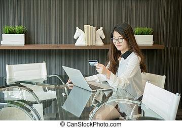 kobieta handlowa, laptop, kredyt, asian, przód, używając, karta