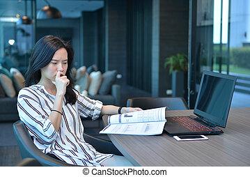 kobieta handlowa, laptop, książka, asian, akcentowany, przód, czytanie, przypadkowy