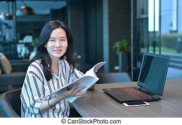 kobieta handlowa, laptop, książka, asian, przód, uśmiechanie się, czytanie, przypadkowy