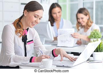 kobieta handlowa, laptop, portret, używając, szczęśliwy