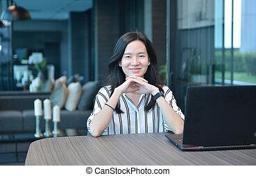 kobieta handlowa, laptop, przypadkowy, asian, przód, mieszkanie, uśmiechanie się