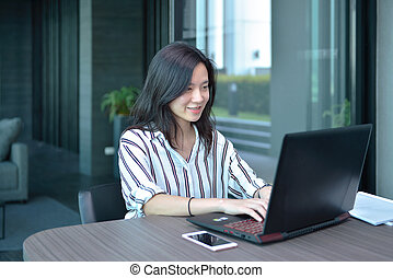 kobieta handlowa, laptop, przypadkowy, asian, używając, mieszkanie, uśmiechanie się