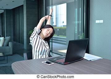 kobieta handlowa, laptop, rozciąganie, asian, przód, mieszkanie, przypadkowy