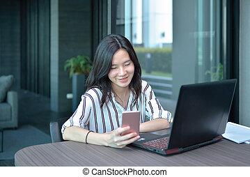 kobieta handlowa, laptop, smartphone, asian, przód, używając, mieszkanie, przypadkowy