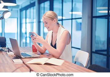 kobieta handlowa, laptop, telefon, przód, używając, blondynka