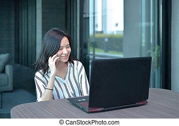 kobieta handlowa, laptop, telefonowanie, asian, przód, mieszkanie, przypadkowy