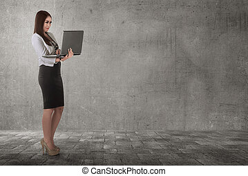 kobieta handlowa, laptop, znowu, asian, dzierżawa, pisząc na maszynie, uśmiechanie się