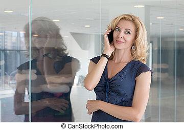 kobieta handlowa, mówiąc, telefon, dorosły, portret