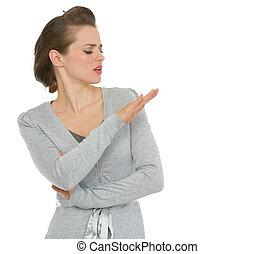 kobieta handlowa, paznokcie, nowoczesny, patrząc, arogancki
