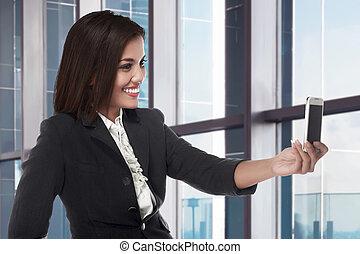 kobieta handlowa, wpływy, smartphone, asian, używając, uśmiechanie się, selfie