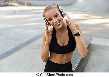 kobieta, headphones., park, muzykować słuchanie, stosowność