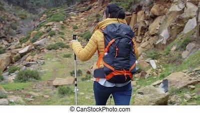 kobieta hiking, atak, młody, ciągnąć, czynny