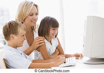 kobieta, i, dwa, młodzi dzieci, w, dom biuro, z, komputer, uśmiechanie się