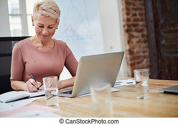 kobieta interesu, cieszący się, praca, dojrzały