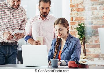 kobieta interesu, co-working, używając, przestrzeń