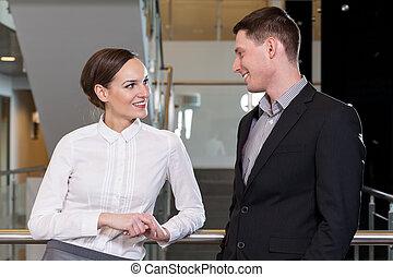 kobieta interesu, flirtując, z, jej, workmate