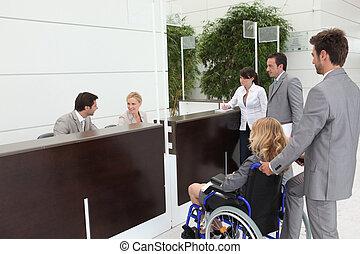 kobieta interesu, koledzy, wheelchair, jej, przyjęcie