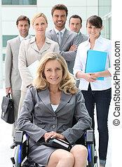 kobieta interesu, koledzy, wheelchair, jej