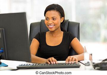 kobieta interesu, komputer, afrykanin, używając